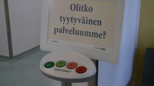 Man får trycka på en knapp med glatt ansikte elller surt ansikte beroende på vad man tyckte om servicen.
