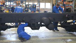Arbetare vid Sisu Autos lastbilsfabrik i Karis.