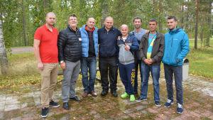 Aylsökande män från Albanien poserar tillsammans med Fehmi Bushi, andra till vänster.