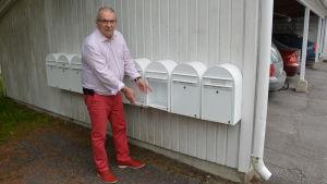Carl-Bertil Tauler pekar på tom postlåda