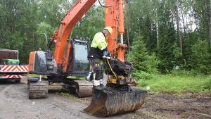 Jarmo Hynynen servar grävskopan innan han ska gräva ner jordkablar.