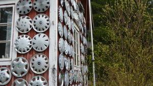 Uthusväggen hos Mauritz Lindqvist är beklädd av dammkapslar