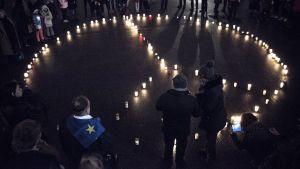 Ljus formar ett fredsmärke på Medborgartorget i Helsingfors.