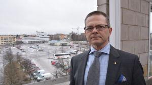 Mikael Snellman på Lemminkäinen. Om några år kan gamla busstationen bakom honom se väldigt annorlunda ut.