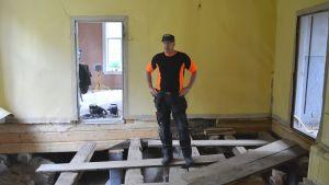 Det är ett noggrannt arbete att restaurera Kuddnäs, berättar Yngve Häger. Golvplankorna märks ut och sätts tillbaka på samma ställe när arbetet är klart.
