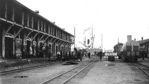 Lastningsbryggan med järnvägsspår i Valkom