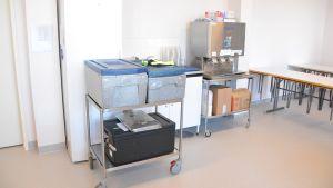 Frigolitlådor som skolmaten levereras i.