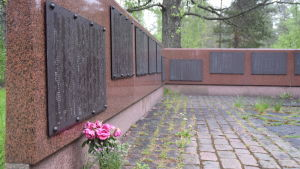 På bilden tavlor med namn som finns vid monumentet vid massgraven efter fånglägren i Dragsvik.