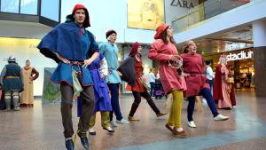 Skådespelare i medeltida utstyrslar