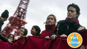 Demonstranter i Le Bourget uppmanar världsledarna att bekämpa klimatförändringen.