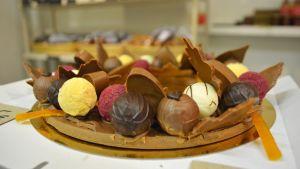 Julkrans gjord av chokladpraliner.