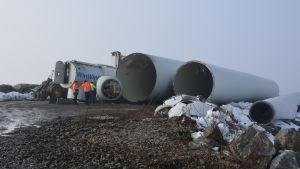 Ett av Innopowers nedmonterade vindkraftverk på Björnön i Kristinestad.
