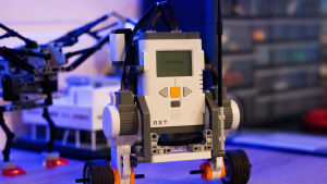 Roboten kan köra på två hjul och styrs av en mobiltelefon