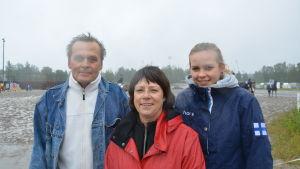 Stefan Westerlund, Carina Nyholm och Nina Westerlund på travbanan i Vasa.