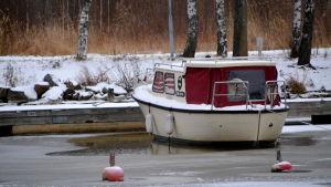 Båt vid frusen å