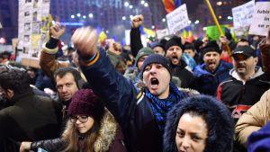 Demonstranter i Bukarest 4.2.2017