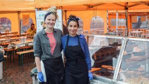Porträtt på Mikaela Heikiö och Jamina Aro, som står utanför gatuköket de jobbar på på Salutorget.