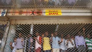 folk ser på kampanjtåget bakom en port