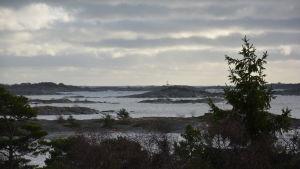November i skärgården. Utsikt från Örö mot fyrön Bengtskär.