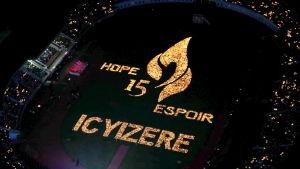"""Den här bilden togs för fem år sedan då det gått 15 år sedan folkmordet. 10 000 ljus tändes då på en stadion i Kigali och tillsammans bildade de ordet """"hopp"""" på tre språk."""