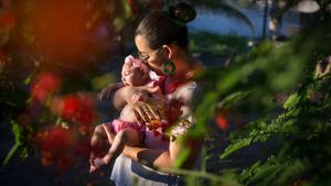 kvinna med barn som har mikrocefali i Brasilien