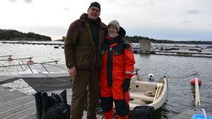 Pelle och Ann Lindberg på väg till stugan.