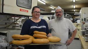 Davina Ginström och Tony Holtegaard med en plåt bröd.