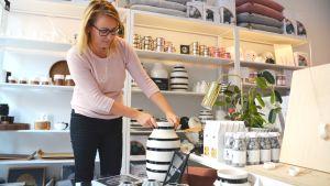 Företagare Jutta Suutari-Hoikkala i sin butik Fin form i Borgå.