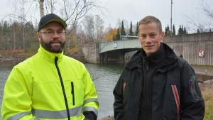 Joonas Ahlros i reflexjacka bredvid Antti Lindfors.