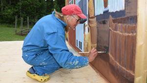 Ann-Christine Welander målar bakgrunden till pjäsen varggropen.