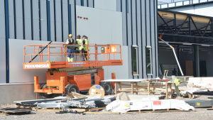 Byggarbetare vid bygget av den nya K-supermarketen i Hangö.