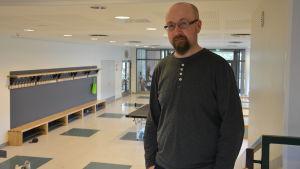 Mats Bergvik, skolkurator i högstadiet i Petalax, står i skolans korridor