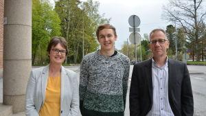 Utbildare i företagsekonomi Anna-Lena Berglund, tradenomstuderande Jesper Björklund och enhetschef för Novia i Vasa Jonas Waller.