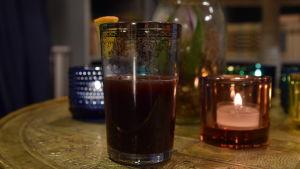 Varm Tawny Port med citrus och honung drink i ett glas.