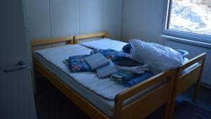 Obäddad säng för två.