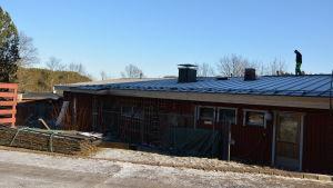 En byggarbetare går på taket till Houtskärs hälsostations nybygge invid Fridhem.