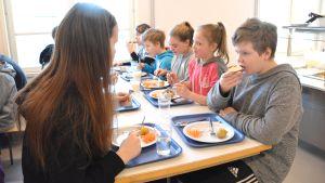 Gammelbacka skolas elever äter lunch.