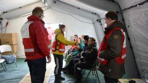 Röda Korsets personal tog hand om de evakuerade under sjöräddningsövningen ute på Replot.
