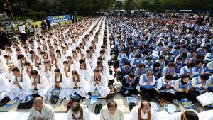 Även sydkoreanska buddhister motsätter sig regeringens kontroversiella beslut att bygga missilförsvarssystemet Thaad. Beslutet försämrar också relationerna med Kina och Nordkorea