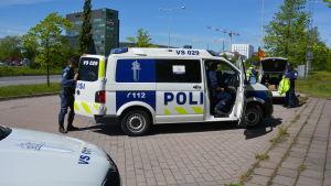 Polisbil och poliser.