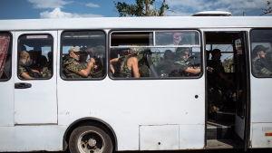 Ukrainska soldater väntar i en buss i utkanten av staden Slovjansk i östra Ukraina.