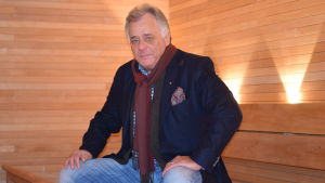 Påklädd Peder Planting badar bastu på Regatta spa