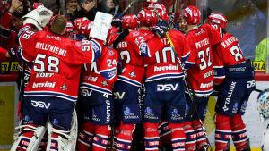 Ett rödvitt hav att HIFK-spelare som kramar om matchvinnaren Corey Elkins.