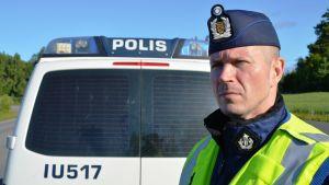 Kommissarie Freddie Cederlund övervakar trafiken.