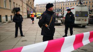 Polis vaktar ingången till metrostationen vid teknologiska institutet.