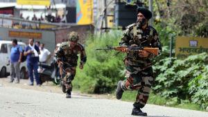 Indiska säkerhetsstyrkor under en väpnad attack i indiska Punjab.