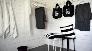 Omklädningsrummets färger är svart och vitt