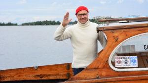 Erkki Laakso på en båt vid Inre hamnen i Vasa