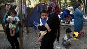 Flyktingar flyttas från Atens parker.