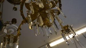 En gammal lampa med prismor